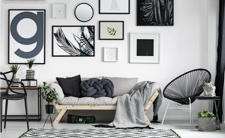 一人暮らしの壁の飾り方。並べて飾れば統一感のある素敵な部屋になる