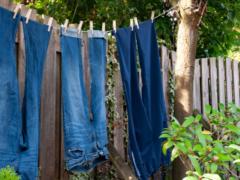 乾きにくいズボンを、できるだけ早く乾かす賢い干し方